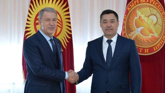 Milli Savunma Bakanı Akar, Kırgızistan Cumhurbaşkanı Sadır Caparov ile görüştü